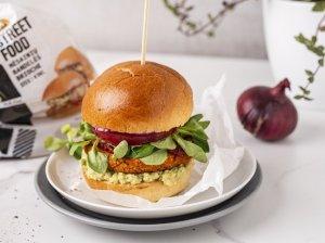 Vegetariški mėsainiai su saldžiųjų bulvių paplotėliais ir avokadais