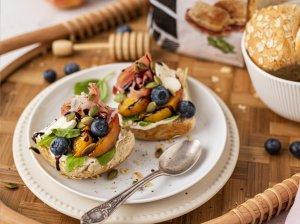 Avižinės duonelės su keptais persikais ir vytintu kumpiu