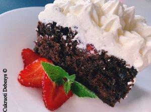 Šokoladinis pyragas su braškėmis ir grietinėlės kremu