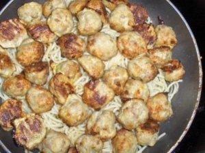 Mini frikadelės su spagečiais ir čederiu