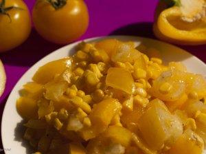 Geltonosios pomidorų salotos su paprika ir kukurūzais