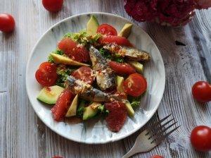 Salotos su sardinėmis, greipfrutu ir avokadu