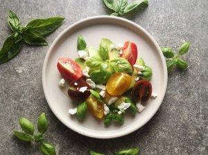 Salotos su pomidorais, avokadu ir fetos sūriu