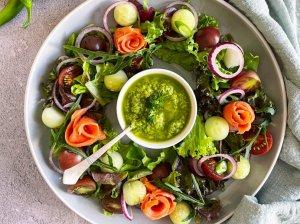 Lašišos salotos su avokadu padažu