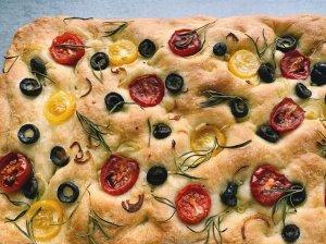 Fokačija duonelė su rozmarinu, pomidorais ir alyvuogėmis