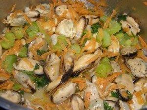 Troškintos midijos su daržovėmis