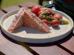 Tuno kepsnys su grilintomis smidrų ir pomidorų salotomis