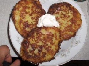 Bulviniai blynai su kumpiu ir svogūnais