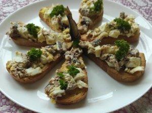 Skrudinto batono sumuštinukai su šprotų ir kiaušinių užtepėle