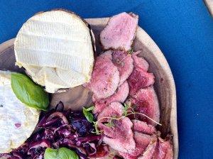 Sultingas jautienos rostbifas su mėlynojo kopūsto salotomis ir sūriu įdarytu portobello  grybu