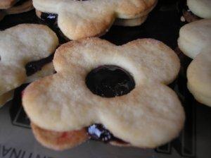 Sausainiai su juodųjų serbentų uogiene