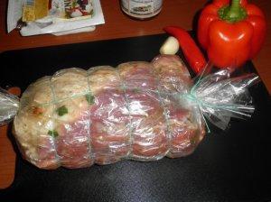 Nugarinės kepsnys įdarytas brinzos sūriu ir saulėje džiovintais pomidorais