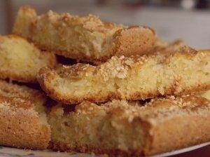 Plaktos tešlos pyragas su obuoliais ir sezamo sėklomis