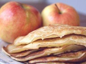 Skanutėliai blyneliai su obuoliais