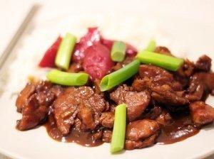 Kiniška kepta kiauliena su svogūnų laiškais