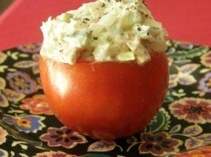 Tuno salotomis įdaryti pomidorai