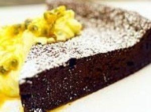 Šokoladinis pyragas su vaisių putėsiais
