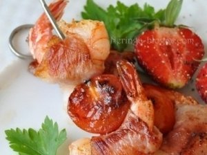 Keptos krevetės apvyniotos kumpiu su pomidoriukais