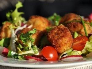 Pavasarinės salotos su žuvies - bulvių rutuliukais