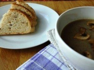 Trinta pievagrybių sriuba su kepta šonine arba maistas sielai