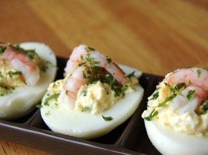 Krevetėmis ir varške su česnakais įdaryti kiaušiniai