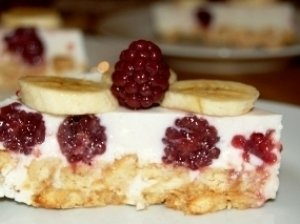 Nekeptas kreminis varškės tortas su uogomis