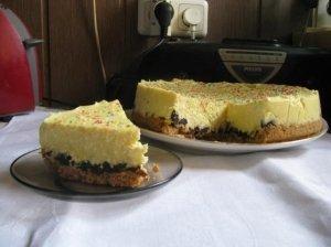 Nekeptas varškės tortas su džiovintomis slyvomis