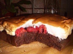 Šokoladinis pyragas su avietėmis baltame patale