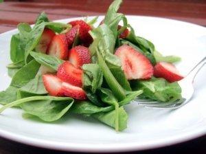 Špinatų salotos su braškėmis