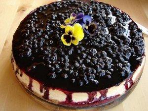 Varškės ir juodųjų serbentų pyragas