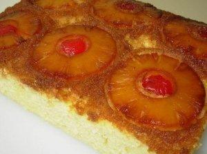 Pyragas su ananasais ir trešnėmis