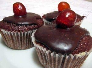 Šokoladiniai keksiukai su vyšnių uogiene