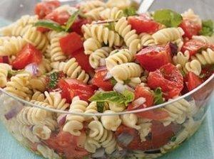 Makaronų salotos su pomidorais ir mocarela