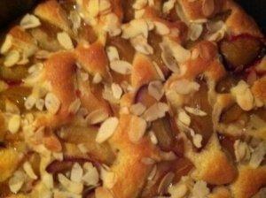 Slyvų pyragas su migdolų plutele