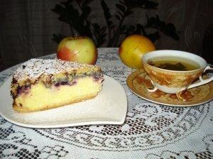 Varškės pyragas su mėlynių uogiene ir obuoliais