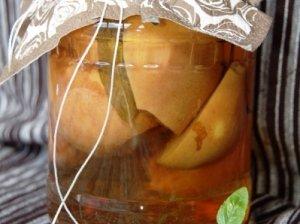 Kriaušės su citrinžole, šalavijais ir gvazdikėliais