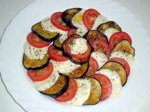 Baklažanų, pomidorų ir mocarela sūrio užkandėlė