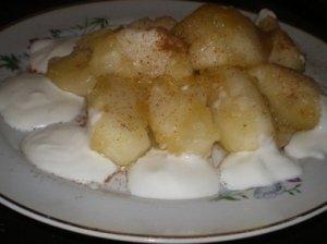 Obuolių desertas su jogurtu ir trupiniais