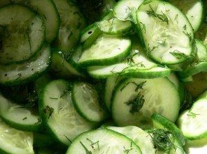 Lengvos agurkų salotos