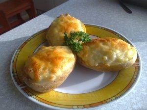 Kumpiu ir sūriu įdarytos bulvės
