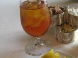 Putojančio vyno ir šaltos arbatos kokteilis