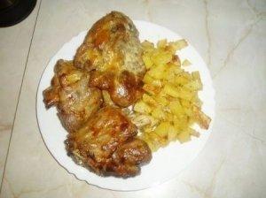 Orkaitėje kepta kiauliena su bulvėmis