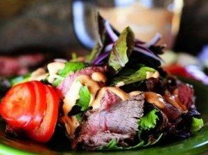 Mėsos ir daržovių salotos