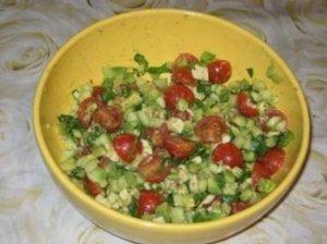 Pomidorų ir avokadų salotos su feta sūriu