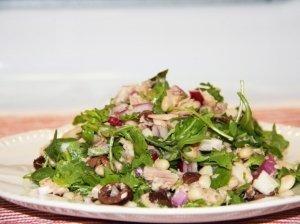 Tuno salotos su pupelėmis