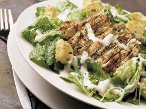 Vištienos su avokadų salotos