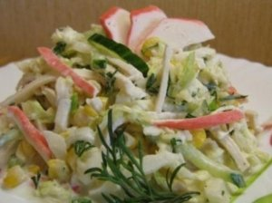 Salotos su krabų lazdelėmis ir kukurūzais