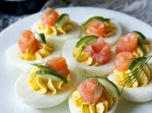 Pikantiškai įdaryti virti kiaušiniai su lašiša