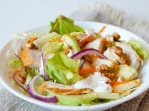 Vištienos salotos su riešutais