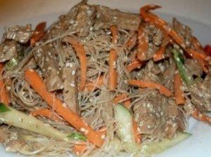 Kiniškos salotos su kiauliena